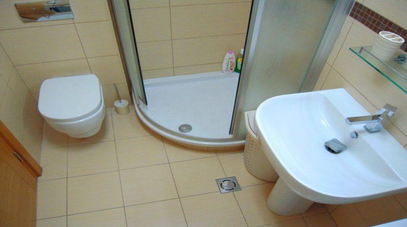 kupatilo od stana na dan u Podgorici 04