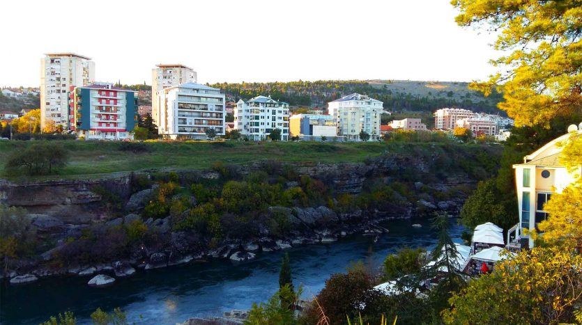 Stanovi na obali rijeke Morače